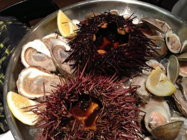 plateau de fruits de mer avec oursins géants